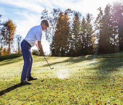 Golfer kurz vor dem Abschlag bei strahlendem Sonnenschein