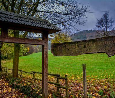 Der Eingang mit hölzernem Tor zur Kneippanlage in Altenfeld
