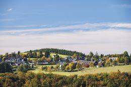 Dorf eingebettet in der Winterberg Bergwelt