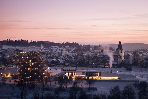 Die Stadt (im Vordergrund das ei-förmige Hotel) bei lilanem Licht im Winter