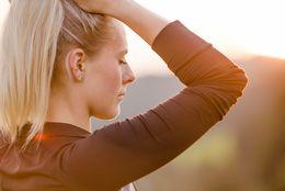 Eine Frau atmet tief frische Luft ein