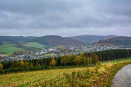 Übersichtsfoto von einem Dorf in hügeligen Landschaft