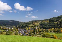 Dorf iner einer idyllischen Hügellandschaft