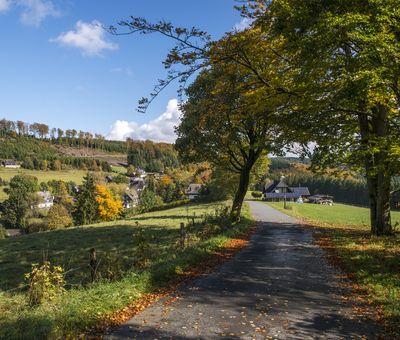 Dorf in der Natur zur Herbstzeit