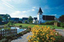Ortsteil mit Kirche und See